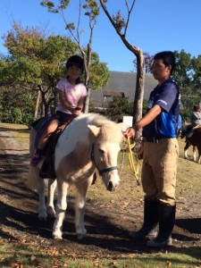 馬に乗るい In子供動物自然公園