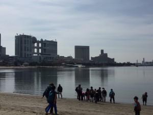 遠くに見えるのはフジテレビ 砂浜